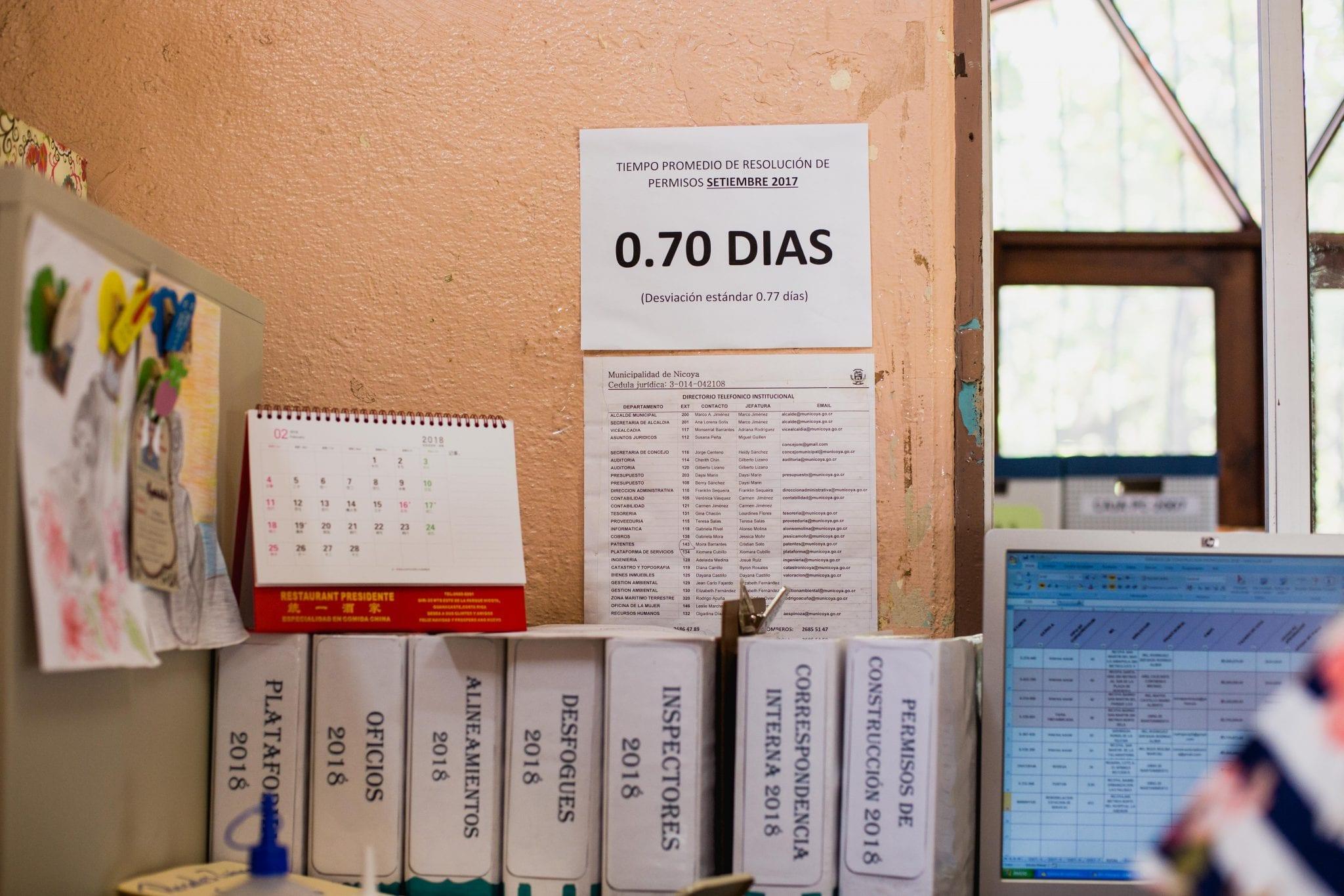El departamento de ingeniería evalúa mensualmente su tiempo de respuesta a los trámites y pega un papel en la pared para retarse todos los días.