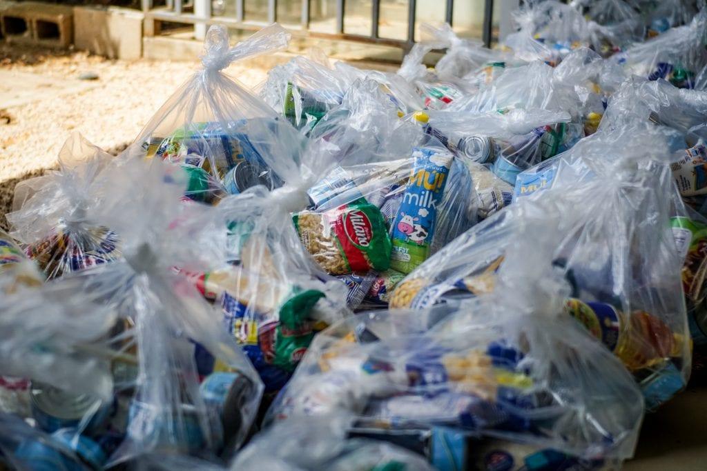 Los paquetes que se entregan a cada familia incluyen canastas de alimentos y bienes de primera necesidad, tales como jabón líquido, toallas desinfectantes y alcohol en gel. Foto cortesía de la campaña Juntos por Guanacaste.